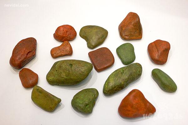 Светящиеся камни при свете